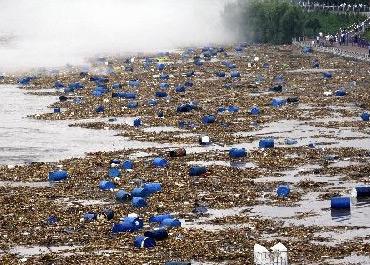 上千化工原料桶冲入松花江上下游紧急拦截打捞