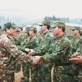 成都军区司令员李世明到贵定县看望抢修电网官兵