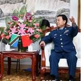 中国空军政委邓昌友分别会见六国空军代表团